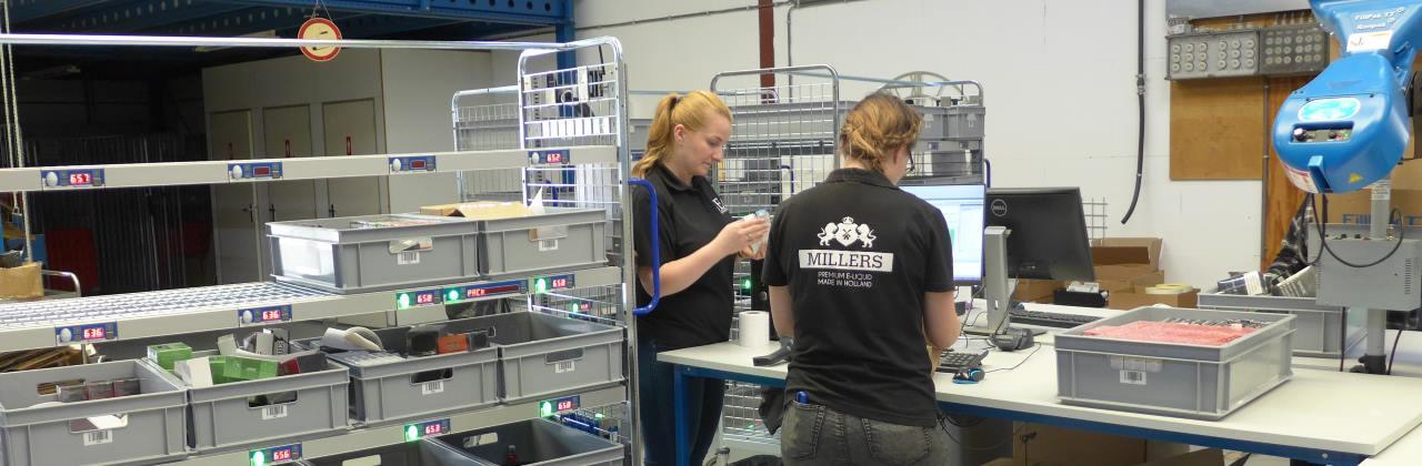 Medewerkers van UEG aan het werk in het magazijn