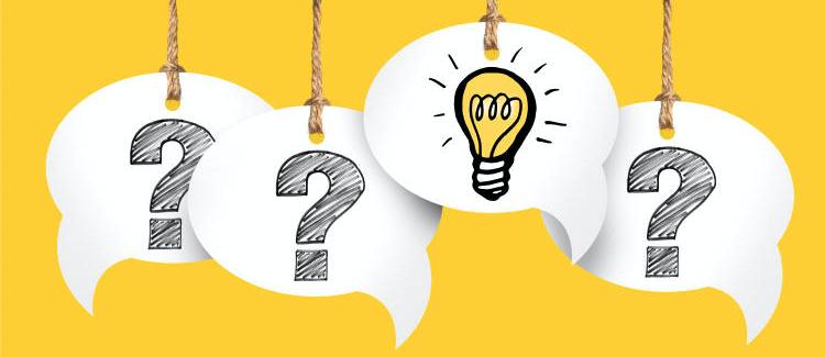 tekstballonnen met vraagtekens en lampje als idee